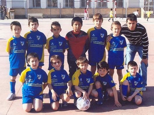 Imagen del C.D. Vedruna Prebenjamín del año 2008, con el portero del Alevín A Carlos, en la parte superior, todavía como jugador de campo.
