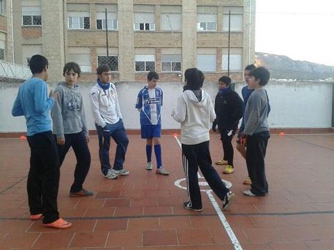 Pablo Santonja junto a algunos de sus jugadores, en el entrenamiento previo al partido frente al Maroc.