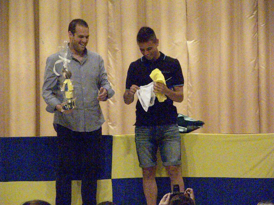 Andrés, junto a Mariano, en el instante en el que se hizo entrega de un detalle a cada uno de los entrenadores.