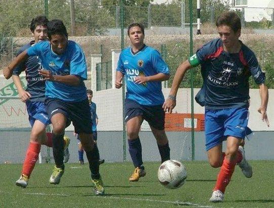 En la imagen José Carlos, uno de los goleadores del partido, en una acción correspondiente a su etapa en el Contestano.