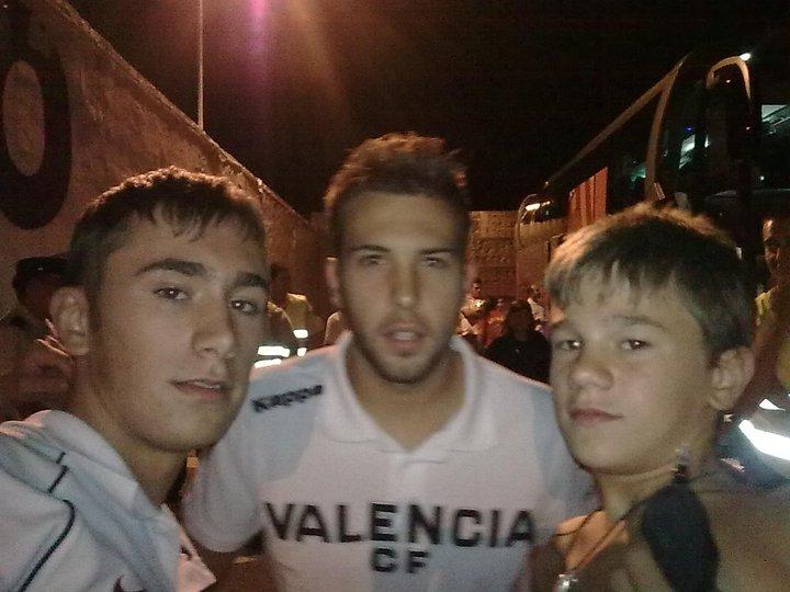 Pablo (a la izquierda), entrenador del Infantil, y David (a la derecha), goleador del Cadete esta semana, junto al actual jugador del F.C. Barcelona Jordi Alba.